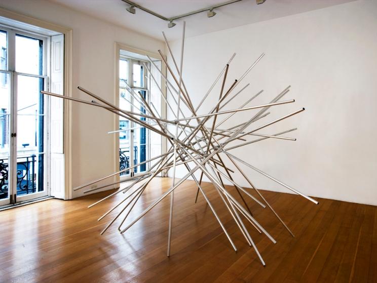 Norman Dilworth, Puff Ball, 1972 - 2010, aluminium, 300 x 300 x 300 cm